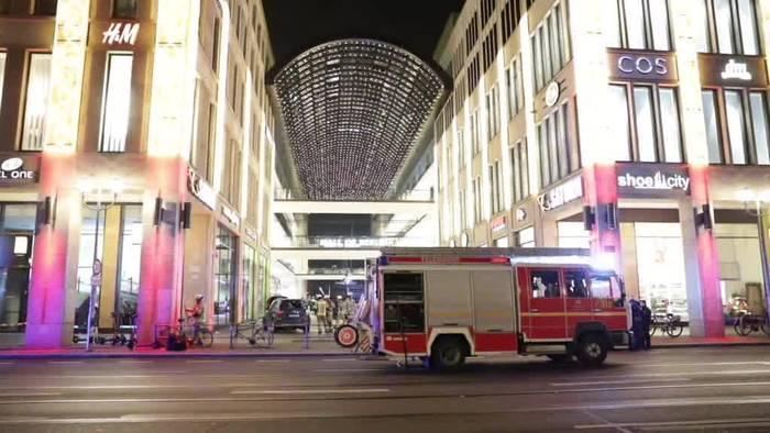 Video: Fahrer nach SUV-Unfall vor Mall of Berlin schwer verletzt