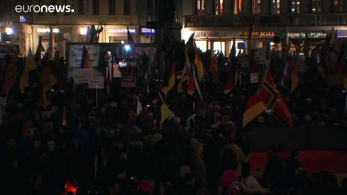 News video: In Dresden demonstrieren Tausende für und gegen Pegida