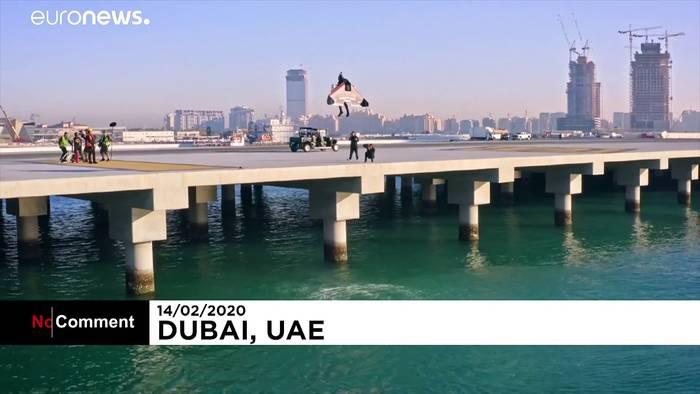 News video: Wie eine Rakete! Jetman fliegt 1.800m hoch über der Skyline von Dubai