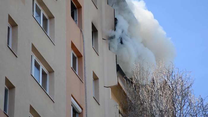 Video: Hier brennt eine Messiewohnung im neunten Stock eines Hochhauses!