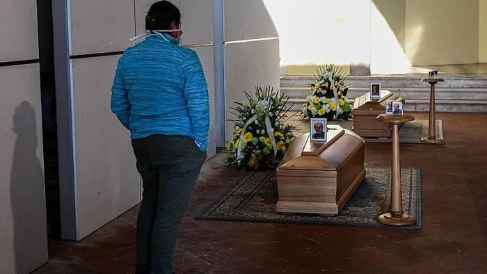 Video: 793 Tote in 24 Stunden: Wieder erheblicher Anstieg der Covid-19-Opferzahlen in Italien