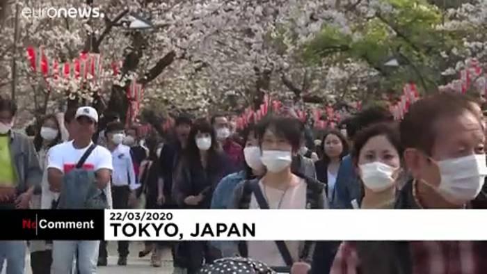 Video: Hanami mit Mundschutz: Japan feiert Kirschblüte trotz Covid-19