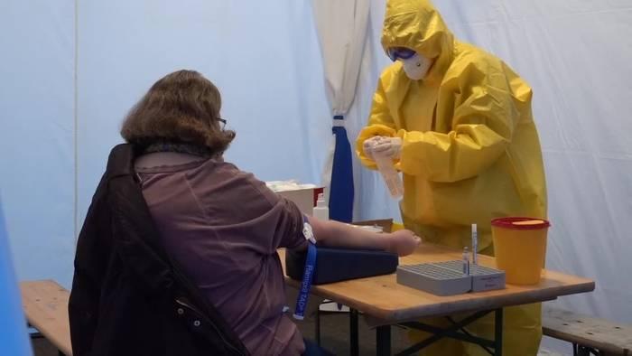 Video: Studentin hilft in Berlin bei Corona-Tests: Habe keine Angst