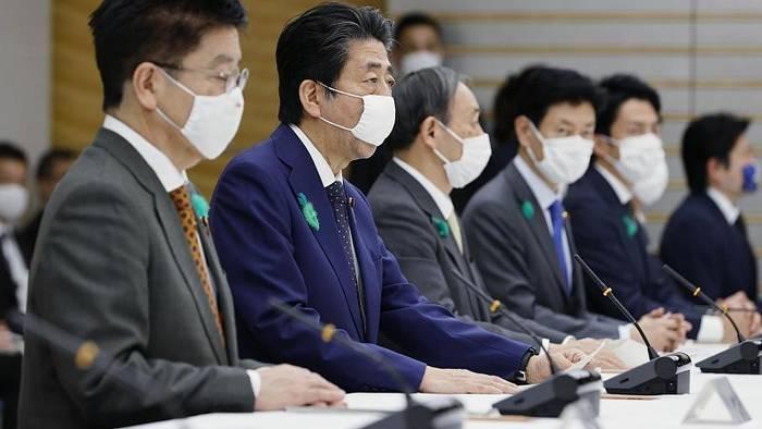 Video: Druck von Präfekturen: Abe weitet Notstandsregeln aus