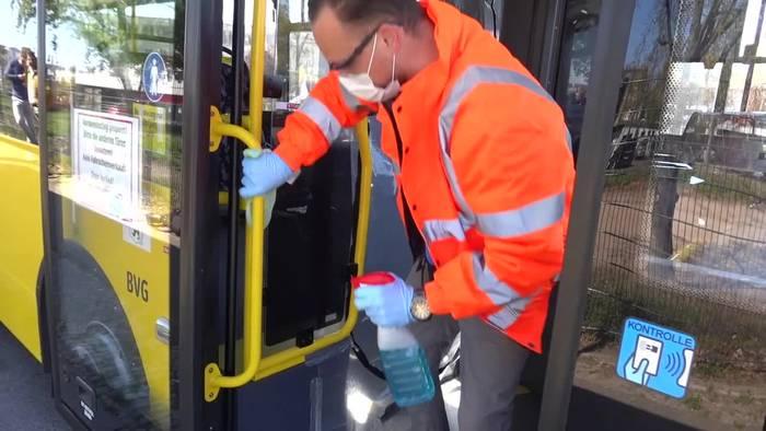 Video: Berlins Busse werden für Corona-Schutz gründlich geputzt