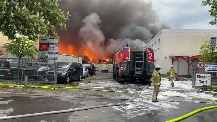 News video: Großeinsatz in Berlin: Drei Lagerhallen komplett abgebrannt