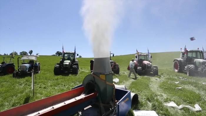 Video: Milchbauern protestieren mit Pulverwolke gegen Einlagerungen