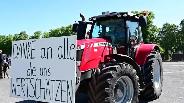 Video: Landwirte fordern bei Trecker-Demos Schulze-Rücktritt