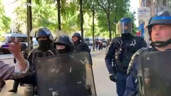 Video: Paris: 92 Festnahmen bei Demonstration für Migranten