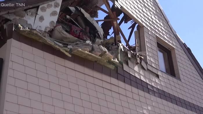 News video: Kleinflugzeug stürzt in Dach: Schwierige Bergung