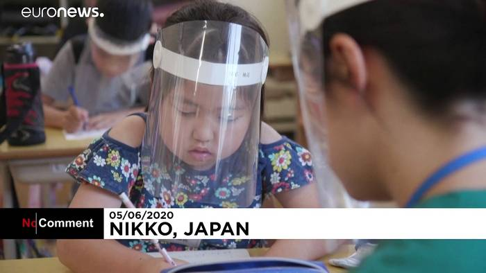 Video: Japan: Mit Gesichtsschutz in den Klassenraum