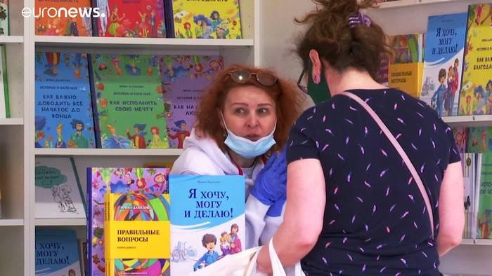 News video: Moskau lockerer: Schmökern mit Gesichtsmasken und Handschuhen
