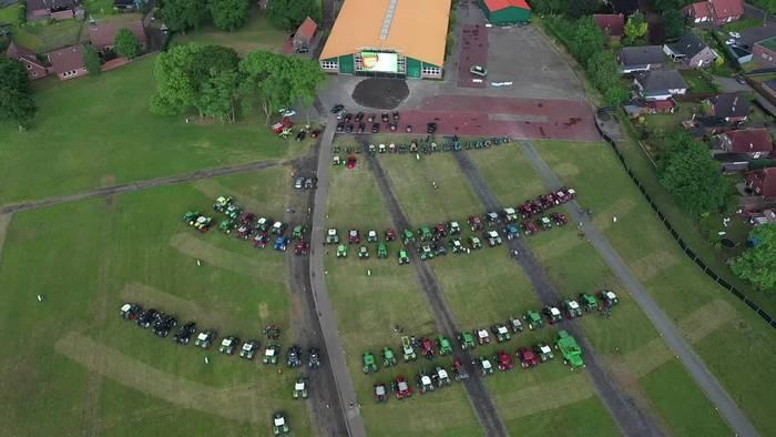 Video: 150 Treckerfahrer sehen im Autokino Kuh-Film