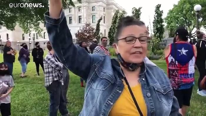 Video: Antirassismus-Demonstranten beschädigen mehrere Columbus-Statuen in den USA