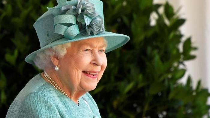 Video: Corona statt Krone: Queen feiert 94. mit