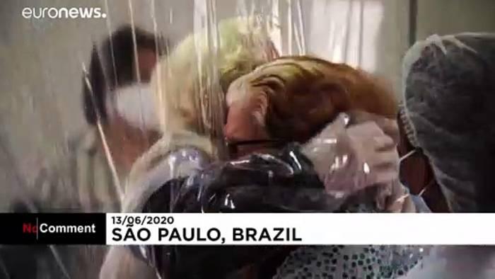 News video: Covid-sichere Umarmung, gefühlsecht