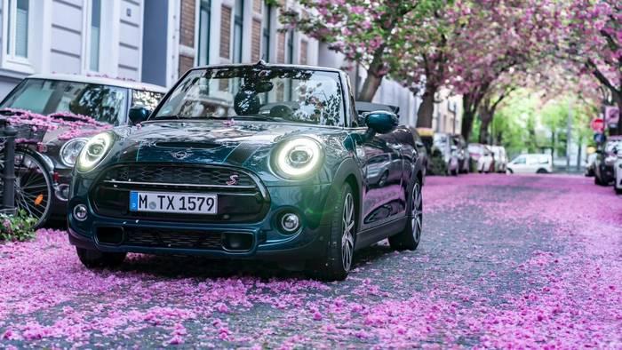 Video: Das neue MINI Cabrio Sidewalk und die Farbenpracht der Kirschblüte