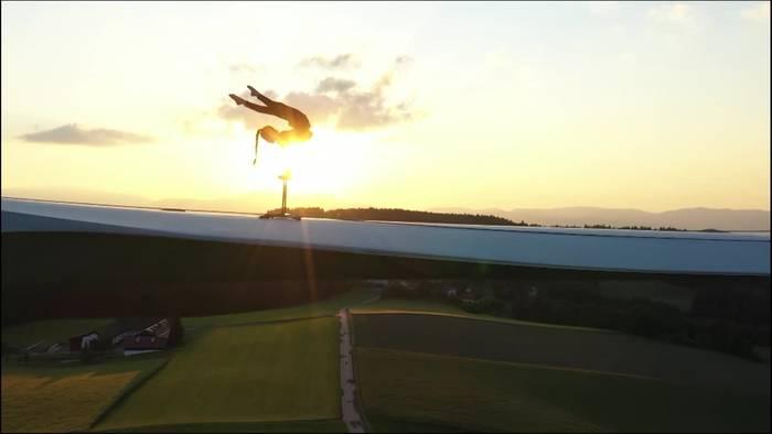 News video: Österreich: Akrobatin turnt auf Windrad