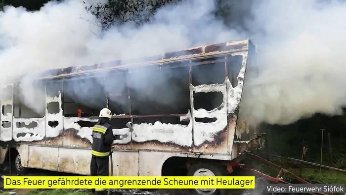 Video: Große Wohnwagen in Vollbrand in der Nähe der ungarischen Touristenhochburg Siófok!