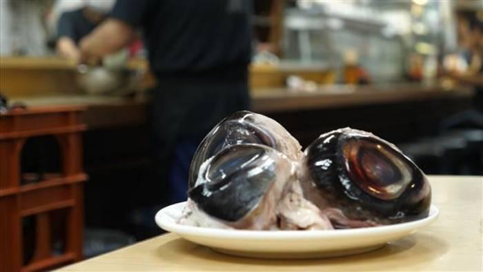 Video: Adventurous Bites: Thunfischaugäpfel zum Abendessen... warum nicht?