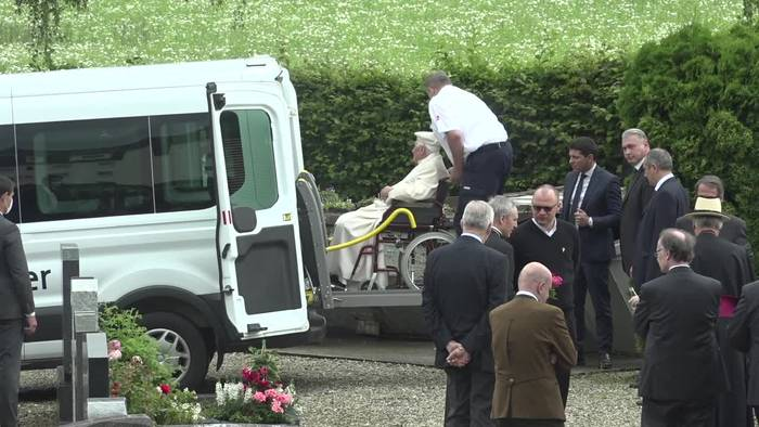 News video: Papst Benedikt besucht Grab seiner Eltern und Schwester