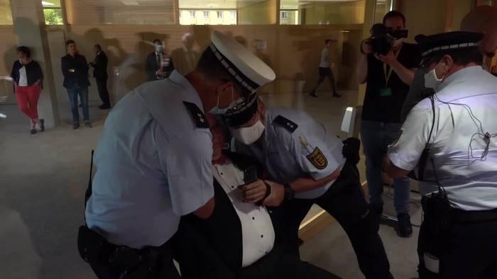 News video: Stuttgarter Polizei trägt Abgeordneten aus dem Landtag