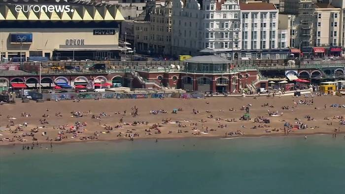 Video: Sommerhitze in Europa: Ruhe in Paris, Chaos in Bournemouth
