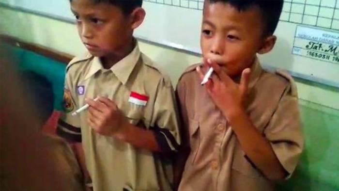 News video: Lehrer erwischt Kids beim Rauchen: Seine Reaktion sorgt für Empörung