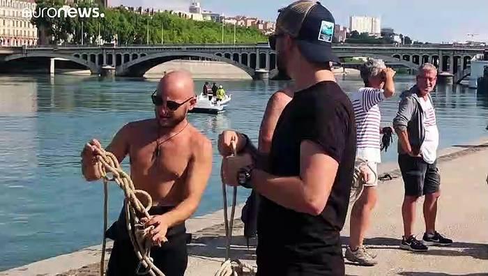 Video: Elektroroller, Einkaufswagen - Umweltschützer entmüllen die Rhône
