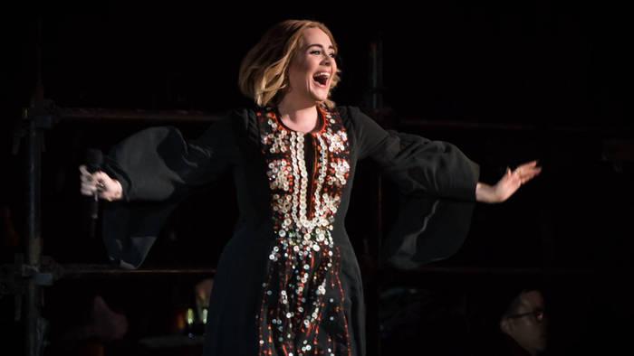 Video: Adele: Legendärer Auftritt, legendäres Kleid