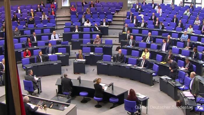 Bundestag beschließt MwSt-Senkung und Familienbonus