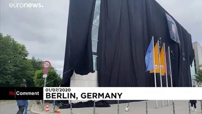 Video: Aktion gegen Kohleenergie: Greenpeace-Aktivisten hüllen CDU-Zentrale schwarz ein