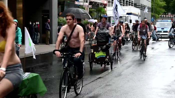 News video: Radfahrer protestieren halbnackt für mehr Schutz im Verkehr