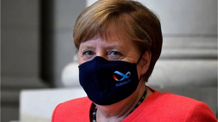 News video: Jetzt also doch: Angela Merkel zeigt sich mit Maske