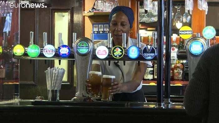 News video: England lockert Lockdown: Pubs und Bars öffnen