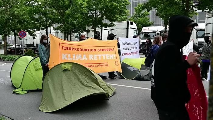 News video: Aktivisten demonstrieren vor Tönnies-Werk