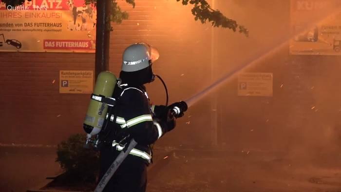 News video: Hamburg: Lagerhalle für Tierbedarf brennt lichterloh