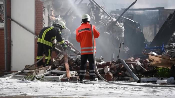 Video: Lüneburg: Großbrand in Schule - Zwei Feuerwehrleute verletzt