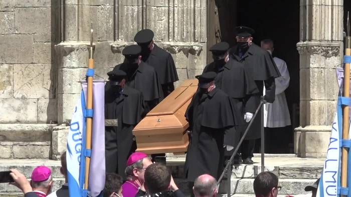 Video: Benedikt Ratzinger verfolgt Georgs Trauerfeier im Internet