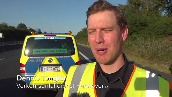 News video: A2: Autofahrer wird nach Panne von Lkw erfasst und stirbt