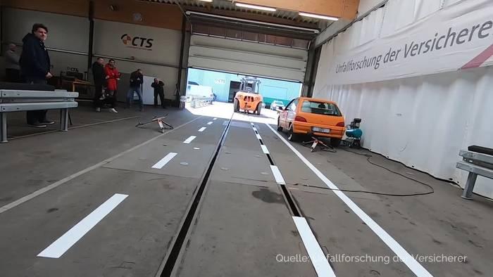 Video: Gefahr für Radfahrer und Fußgänger: Parkende Autos und