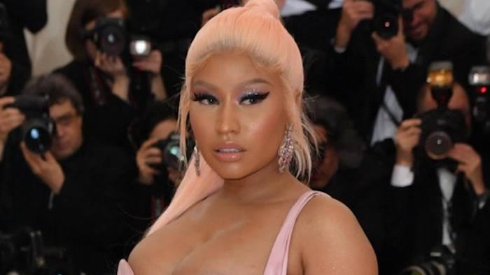 Video: Nicki Minaj präsentiert ihre Babykugel - und alle schauen woanders hin