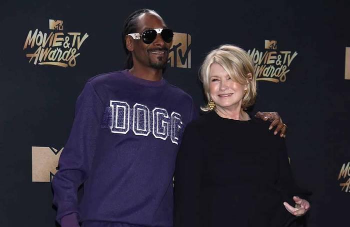 News video: Martha Stewart wird mit Chelsea Handler Marihuana rauchen