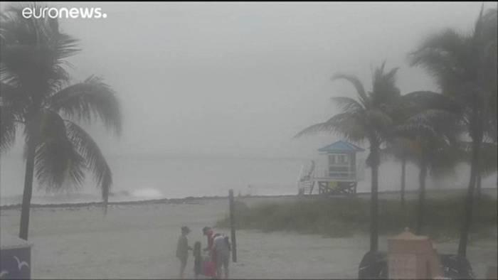 News video: Trotz Warnung an den Strand - Tropensturm Isaias wütet in Florida