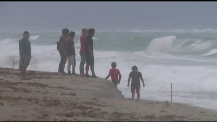 News video: [CDATA[Trotz Warnung an den Strand - Tropensturm Isaias wütet in Florida]]