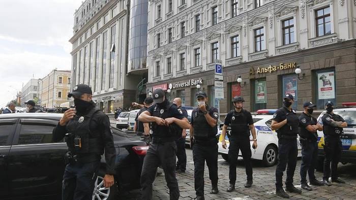 News video: [CDATA[Kiew: Mann droht, Bank zu sprengen]]
