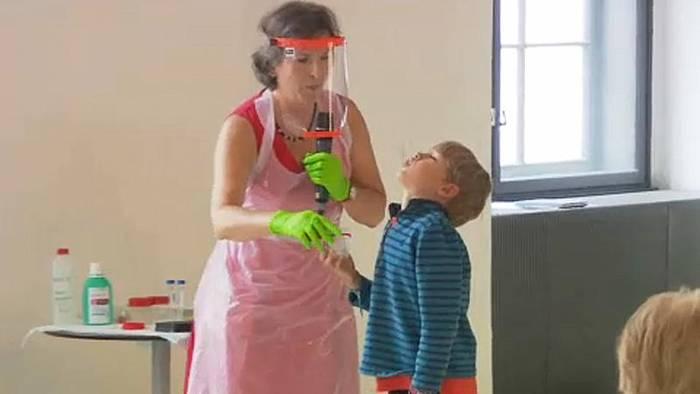 Video: Was geht an Schulen? 15.000 Kinder in Österreich machen Gurgel-Test