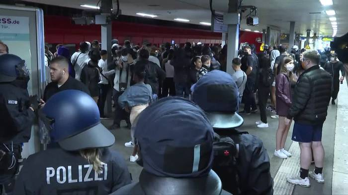 News video: Hamburg: Ungebetene Partygäste werfen Flaschen auf Polizei