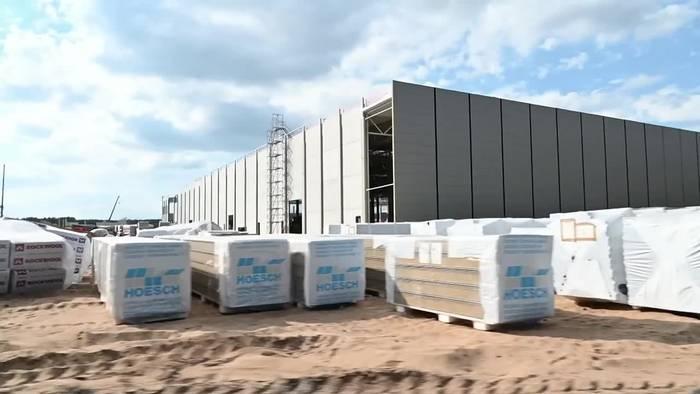 News video: Tesla-Fabrikbau: Erste Fassade von Produktionshalle steht