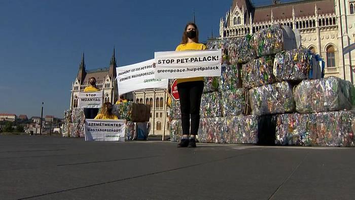 Video: PET-Müllberge vor Parlament: Greenpeace-Aktion in Budapest